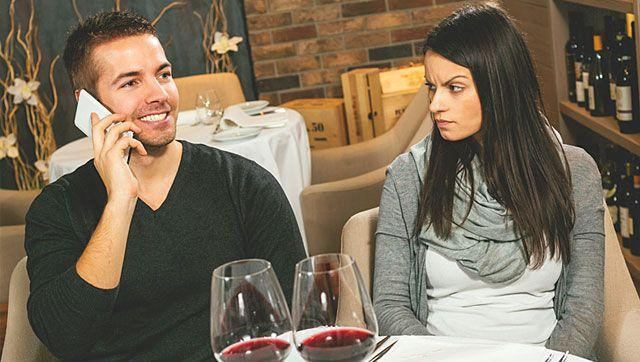 Give me a sec, I'm on phone: Don't snub your partner on dates