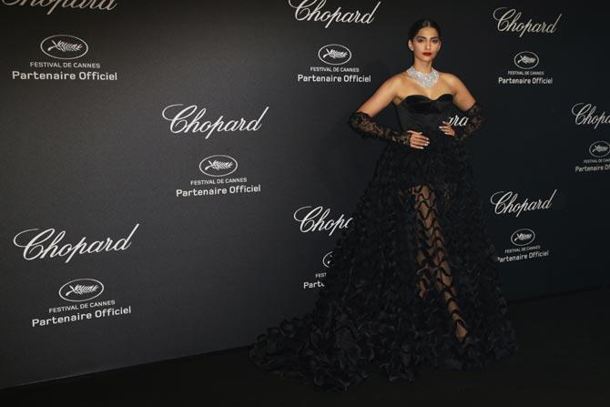 Cannes 2016: Sonam Kapoor stuns in this black strapless gown!