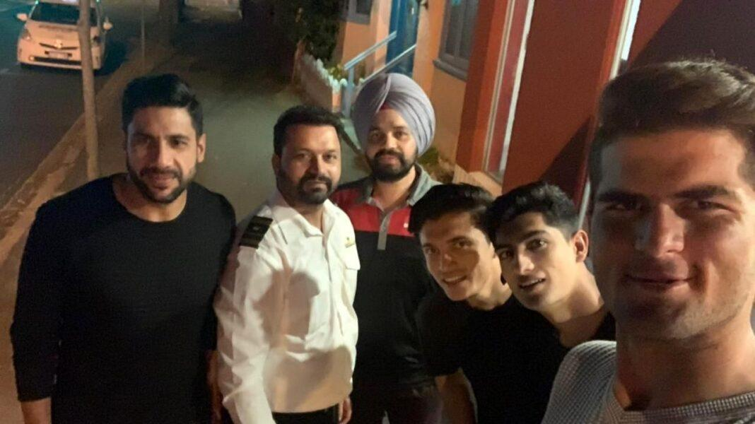 Taxi Driver from Brisbane Lovepreet Singh with the Pakistan Cricket team players at a restaurant last week